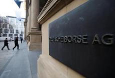 Вывеска Deutsche Boerse AG на входе в здание франкфуртской фондовой биржи. Акции Европы снизились в четверг после падения на предыдущей сессии, несмотря на сильные результаты компаний, таких как бельгийская KBC и немецкая Henkel.  REUTERS/Alex Domanski/File Photo
