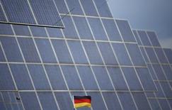SMA Solar, numéro un allemand des équipements solaires, a annoncé jeudi la fermeture de sites de production aux Etats-Unis et en Afrique du Sud en raison de la pression sur les prix exercée par ses concurrents chinois./photo d'archives/REUTERS/Lisi Niesner