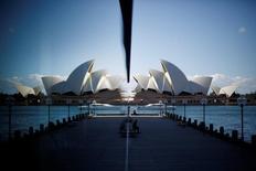 Australia reveló el jueves sus planes para la mayor renovación de la Ópera de Sídney desde su apertura en 1973, con más de 200 millones de dólares australianos (138 millones de euros) destinados al sitio declarado Patrimonio de la Humanidad de la UNESCO. En esta imagen de archivo, la Ópera de Sídney se refleja en una ventana de un hotel del puerto en el barrio The Rocks de la ciudad australiana, el 7 de mayo de 2014.  REUTERS/Jason Reed/File Photo