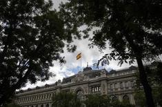 El rendimiento del bono español cayó el jueves a un mínimo histórico mientras el presidente del Gobierno en funciones, Mariano Rajoy, avanzaba hacia su posible reelección, que pondría fin a un estancamiento político de casi ocho meses. En la imagen de archivo, la bandera española ondea en la sede del Banco de España en Madrid, REUTERS/Andrea Comas