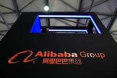 Alibaba a fait état jeudi d'un chiffre d'affaires trimestriel en hausse de 59%, une progression supérieure aux attentes qui indique que le géant chinois du commerce en ligne fait mieux que résister au ralentissement économique de la Chine. /Photo prise le 12 mai 2016/REUTERS/Aly Song