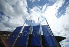 """Banderas de la UE junto a la sede del BCE en Fráncfort, el 15 de julio de 2016. Las perspectivas para la economía de la zona euro siguen estables pero moderadas, mostró un sondeo de Reuters, lo que sugiere que por ahora los riesgos principales derivados del """"Brexit"""" se circunscriben al territorio británico. REUTERS/Ralph Orlowski"""