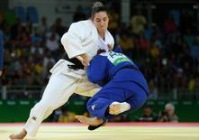 Mayra Aguiar em luta contra a australiana Miranda Giambelli. 11/08/2016.  REUTERS/Toru Hanai
