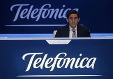 El principal operador de telecomunicaciones del mercado español, Telefónica, estuvo a punto de perder su dominio en el mercado de datos y líneas móviles en junio, pero consolidó aún más su posición en alta velocidad fija en línea con su estrategia de desplegar una gran infraestructura de fibra óptica. En esta imagen de archivo, el presidente de Telefónica, José María Álvarez-Pallete, durante la junta de accionistas de la compañía en Madrid, el 12 de mayo de 2016. REUTERS/Sergio Pérez