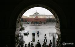 Люди укрываются от дождя у входа в ЦУМ в Москве 7 августа 2007 года. Выходные обещают Москве дожди и небольшое похолодание, свидетельствует усреднённый прогноз, составленный на основании данных Гидрометцентра России, сайтов intellicast.com и gismeteo.ru. REUTERS/Denis Sinyakov