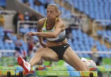 Alemã Jennifer Oeser salta nos 100 metros com barreiras do heptatlo, com várias cadeiras vazias ao fundo. 12/08/2016   REUTERS/Phil Noble