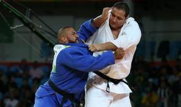 Rafael Silva contra Roy Meyer na repescagem do judô. 12/08/2016 REUTERS/Toru Hanai