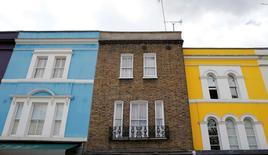 """Los empresarios británicos se han vuelto más cautelosos sobre las contrataciones y el precio de las casas para venta cayó a su ritmo más acelerado desde fines del 2015, de acuerdo a dos sondeos que reforzaron las señales de que la economía de Reino Unido se hundió luego del referéndum sobre el """"Brexit"""". Foto de archivo de casas en el centro de Londres, Inglaterra. 3 de junio de 2015. REUTERS/Suzanne Plunkett"""