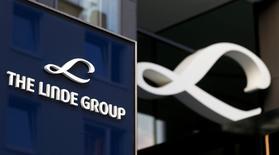 El logo del Grupo Linde visto en su sede en Múnich, Alemania. 15 de agosto de 2016. El proveedor estadounidense de gas industrial Praxair Inc está en conversaciones iniciales para adquirir a la firma alemana Linde AG y crear la mayor empresa del sector con un valor de mercado de más de 60.000 millones de dólares, dijo una persona familiarizada con el asunto. REUTERS/Michaela Rehle