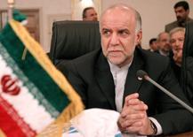 El ministro de Petróleo de Irán, Bijan Zanganeh, durante una conferencia de prensa de la OPEP en Isfahan, Irán. 16 de de marzo de 2005. Irán está bombeando 3,850 millones de barriles de crudo por día y está exportando 2,2 millones de bpd, dijo el martes el director gerente de la National Iranian Oil Company (NIOC), Ali Kardor, según lo citó la agencia de noticias estatal IRNA. REUTERS/Raheb Homavandi  CJF/VP