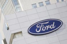 El logo de Ford en una planta de la compañía en Ciudad de México, abr 5, 2016. Ford Motor Co planea ofrecer vehículos totalmente automatizados sin conductor para flotas comerciales que compartan trayectos como Uber en 2021, anunció la automotriz el martes.  REUTERS/Edgard Garrido/File Photo