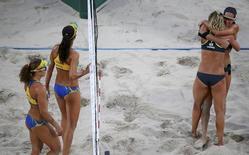 Dupla da Alemanha comemora vitória sobre as brasileiras Larissa e Talita. 16/08/2016 REUTERS/Carlos Barri