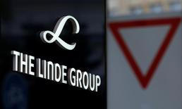 Linde Group logo is pictured close to a traffic sign near its headquarters in Munich, Germany August 15, 2016. Picture taken on August 15, 2016.  REUTERS/Michaela Rehle