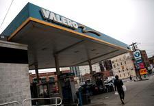 Una gasolinera de Valero funcionando en Hoboken, EEUU, mayo 2, 2016. Los inventarios de petróleo en Estados Unidos bajaron de forma  inesperada la semana pasada, mientras que los de gasolina cayeron más de lo previsto y los de destilados subieron, informó el miércoles la gubernamental Administración de Información de Energía.   REUTERS/Mike Segar