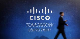 Посетитель проходит мимо рекламного экрана Cisco на деловом конгрессе в Барселоне 27 февраля 2014 года. Cisco Systems Inc готовится сократить около 14.000 сотрудников или около 20 процентов штата по всему миру, сообщил сайт новостей хайтека CRN со ссылкой на источники, близкие к калифорнийской компании. REUTERS/Albert Gea/File Photo