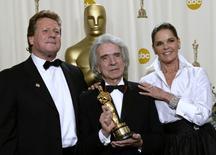 """Arthur Hiller (centro) sostiene su premio Jean Hersholt Humanitarian Award, parado al lado de Ryan O'Neal (I) y Ali McGraw (D) en la 74ª edición de los premios de la Academia en Hollywood, California, EEUU, 24 de marzo de 2002. El versátil y prolífico director canadiense Arthur Hiller, cuya película """"Love Story"""" protagonizada por Ali MacGraw y Ryan O'Neal es una de las cintas románticas más populares de la historia del cine, murió el miércoles a los 92 años, dijo la Academia de las Artes y Ciencias Cinematográficas. REUTERS/Mike Blake/Foto de archivo"""
