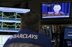 Трейдеры на Нью-Йоркской фондовой бирже смотрят телерепортаж с выступления главы Федеральной резервной системы Джанет Йеллен 16 декабря 2016 года, когда ФРС объявила о повышении ставок. Руководители ФРС разделились во мнениях по поводу скорого роста ставок, показал опубликованный в среду протокол июльского заседания. REUTERS/Lucas Jackson