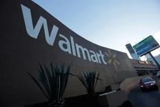 Wal-Mart Stores fait état jeudi d'un bénéfice trimestriel en augmentation, grâce notamment à une progression de ses ventes en ligne. Le bénéfice net attribuable aux actionnaires a augmenté à 3,77 milliards de dollars (3,34 milliards d'euros). /Photo prise le 10 août 2016/REUTERS/Daniel Becerril
