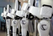 Varios modelos de un robot del fabricante Cyberdyne en una fábrica de Tsukuba, al norte de Tokio, el 22 de julio de 2014. La confianza de los fabricantes japonesas cedió en agosto a su nivel más bajo desde el 2013, cuando el banco central se embarcó en una relajación agresiva de la política monetaria, mostró el viernes un sondeo de Reuters, lo que subraya la debilidad de la economía. REUTERS/Yuya Shino/