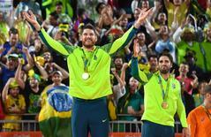 Alison e Bruno Schmidt celebrando conquista da medalha de ouro na Rio 2016.      18/08/2016    Jack Gruber-USA TODAY Sports