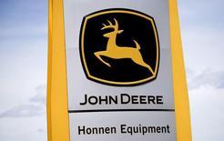 Знак John Deereрядом с магазином в Денвере. Компания Deere & Co отчиталась о не оправдавшей ожидания квартальной прибыли, которая снизилась из-за неустойчивости сельскохозяйственного сектора в мире, что негативно сказалось на продажах сельхозтехники.   REUTERS/Rick Wilking