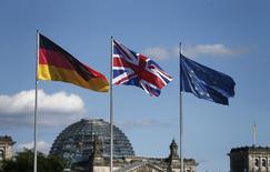 Bandeira nacional alemã vista ao lado de bandeira britânica e da União Europeia em Berlim.      20/07/2016          REUTERS/Hannibal Hanschke