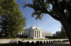 El edificio de la Reserva Federal de Estados Unidos, en Washington. 16 de septiembre de 2015. ¿Lo harán o no? El debate sobre si la Reserva Federal está preparando una subida de las tasas de interés se retomará por enésima vez en la semana que viene, y todos estarán esperando si la presidenta del banco central, Janet Yellen, aporta algo de claridad. REUTERS/Kevin Lamarque