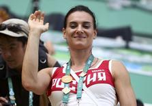 Atleta russa Yelena Isinbayeva acena da tribuna do Centro Aquático Maria Lenk no Parque Olímpico do Rio de Janeiro 16/08/2016 REUTERS/Michael Dalder