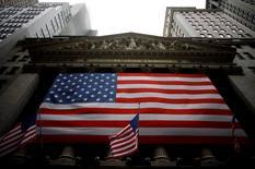 """La Bourse de New York a fini en baisse vendredi, pénalisée par le secteur des services aux collectivités, les """"utilities"""", sur fond de craintes d'une remontée prochaine des taux d'intérêt. Le Dow Jones a cédé 0,24% à 18.552,16 points. Le S&P-500, plus large, a abandonné 0,15% et Nasdaq Composite 0,03%. /Photo d'archives/REUTERS/Eric Thayer"""