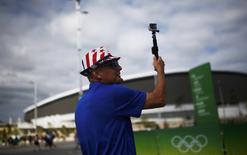 Turista dos EUA tira fotos do Parque Olímpico do Rio. REUTERS/Nacho Doce
