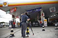 Cinegrafista grava posto de gasolina onde nadadores dos EUA teriam se envolvido em confusão. 18/08/2016 REUTERS/Nacho Doce