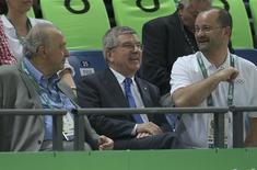 Presidente do COI, Thomas Bach (C) assiste partida de basquete entre Austrália e Lituânia durante os Jogos Rio 2016 17/08/2016 REUTERS/Jim Young