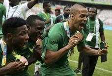 Jogadores da Nigéria comemoram medalha de bronze no futebol masculino da Rio 2016. 20/08/2016 REUTERS/Mariana Bazo