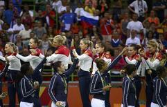Jogadores da seleção de handebol da França cumprimentam atletas da Rússia pela conquista da medalha de ouro na Rio 2016 20/06/2016 REUTERS/Marko Djurica