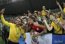Renato Augusto posa para foto com torcedores no Maracanã. 20/08/2016  REUTERS/Paulo Whitaker