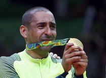 Líbero Serginho chora ao mostrar medalha de ouro conquistada com a seleção masculina de vôlei do Brasil 21/08/2016 REUTERS/Yves Herman