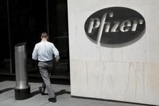 Le laboratoire pharmaceutique américain Pfizer est en négociations avancées pour acquérir son compatriote spécialisé dans le traitement du cancer Medivation pour un montant proche de 14 milliards de dollars (12,4 milliards d'euros), selon des sources proches du dossier. /Photo prise le 1er août 2016/REUTERS/Andrew Kelly