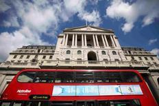 La Banque d'Angleterre a dû accueillir avec un certain soulagement ces deux dernières semaines des indicateurs économiques montrant que les Britanniques ont relativement bien encaissé le choc initial de leur vote en faveur d'une sortie de l'Union européenne, mais ses inquiétudes à long terme n'en sont pas pour autant apaisées. /Photo prise le 4 août 2016./REUTERS/Neil Hall
