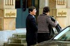 El regulador estadounidense para inversiones extranjeras CFIUS ha dado luz verde a la adquisición valorada en 43.000 millones de dólares del grupo suizo de pesticidas y semillas Syngenta por parte de ChemChina, dijeron las dos compañías, salvando un escollo clave  para que la mayor adquisición extranjera por una compañía china concluya con éxito. En la foto de archivo, Ren Jianxin (izq), presidente de ChemChina, llega a la sede de Syngenta en Basilea el 3 de febrero de 2016. REUTERS/Arnd Wiegmann