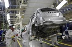 Empleados trabajan en la línea de producción de la planta de Honda en Celaya, Guanajuato, México. 21 de febrero de 2014. La economía mexicana perdió fuerza en el segundo trimestre del 2016 y registró su primera caída en tres años debilitada en gran medida por la actividad industrial vinculada a Estados Unidos, mostraron el lunes cifras oficiales. REUTERS/Henry Romero
