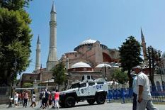 Los viajes y el turismo ofrecerán un aporte menor a lo previsto a las economías de Francia, Turquía y Brasil en 2016 debido a atentados y a problemas políticos y económicos, pero en términos globales el sector es resistente, dijo el lunes la Autoridad Mundial de Viajes y Turismo (WTTC, por su sigla en inglés). En la imagen, varios turistas entran en Hagia Sofía en Estambul, custodiada por un vehículo blindado, el 13 de julio de 2016. REUTERS/Murad Sezer