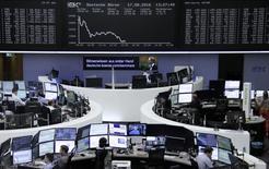 Las acciones europeas se recuperaron y cerraron con ganancias el lunes, lideradas por los papeles de Syngenta, que subieron después de que los reguladores de Estados Unidos dieron la aprobación para que la compañía química suiza sea adquirida por ChemChina. En la imagen, unos operadores en la bolsa de Fráncfort, el 17 de agosto de 2016. REUTERS/Staff/Remote