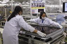 Женщины собирают телевизор Aquos на заводе  Sharp в городе Яита, Япония. Производственная активность в Японии начала подавать признаки стабилизации в августе, поскольку производство выросло впервые за шесть месяцев, указывая на возможное восстановление экономики страны после спада в начале года, говорится в частном исследовании. REUTERS/Reiji Murai/File Photo