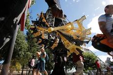 La actividad en el sector privado se aceleró más de lo esperado en julio en Francia hasta alcanzar niveles no vistos desde el atentado del pasado noviembre en París, gracias a un repunte del sector servicios que compensó la debilidad del manufacturero. En la imagen, un vendedor ambulante junto a la Torre Eiffel  sujeta réplicas del monumento el 20 de agosto de 2016. REUTERS/Pascal Rossignol