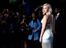"""La actriz Jennifer Lawrence llega al estreno de X-Men Apocalypse, en un cine en Londres. La actriz de """"Juegos del Hambre"""" Jennifer Lawrence encabezó una lista de la revista Forbes publicada el martes de las estrellas mejor pagadas del mundo por segundo año consecutivo, con ingresos de unos 46 millones de dólares, seguida por Melissa McCarthy. REUTERS/Hannah McKay"""