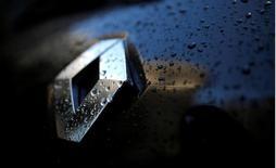 Логотип Renault на автомобиле. Французский автомобильный концерн Renault начал поставки автомобилей в Киргизию из России, намереваясь расширить возможности локализации производства за счет выхода на новые рынки СНГ в то время, как продажи авто в РФ падают на фоне экономического кризиса.  REUTERS/Christian Hartmann/File Photo