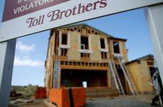Una casa en construcción en Carlsbad, California, Estados Unidos. 23 de mayo de 2016. Las ventas de casas usadas en Estados Unidos cayeron más de lo esperado en julio después de cuatro meses consecutivos de fuertes alzas, debido a que la escasez de oferta limitó las opciones de los compradores, pero nuevos avances en los precios sugirieron que el mercado inmobiliario sigue en terreno firme. REUTERS/Mike Blake/File Photo