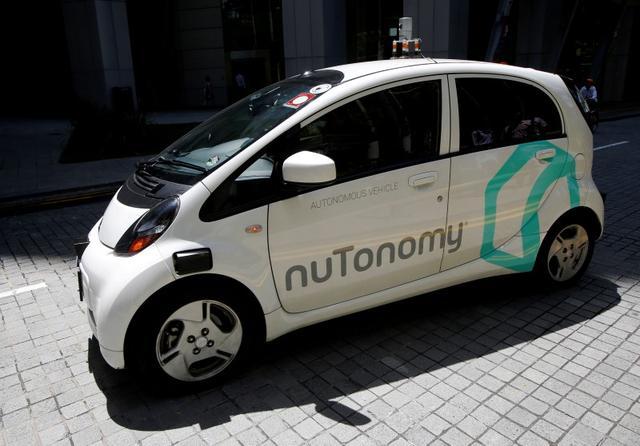 Um táxi auto-condução nuTonomy dirige na estrada em seu julgamento público em Singapura 25 de agosto de 2016. REUTERS / Edgar Su