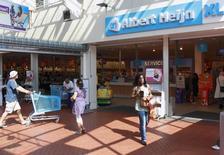 Супермаркет сети Albert Heijn, управляемой Ahold, в Утрехте. 20 августа 2009 года. Ahold Delhaize, оператор сетей супермаркетов в США и Европе, отчитался о превзошедшей ожидания прибыли во втором квартале и спрогнозировал, что свободный поток денежных средств по итогам года составит 1,3 миллиарда евро ($1,5 миллиарда). REUTERS/Michael Kooren