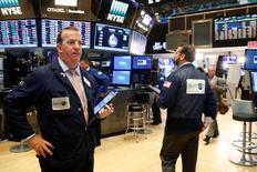 Трейдеры на Уолл-стрит. Уолл-стрит упала в четверг утром, поскольку инвесторы нервно ожидают выступления главы ФРС Джанет Йеллен, во время которого глава ФРС укажет дальнейшее направление денежно-кредитной политики. REUTERS/Brendan McDermid